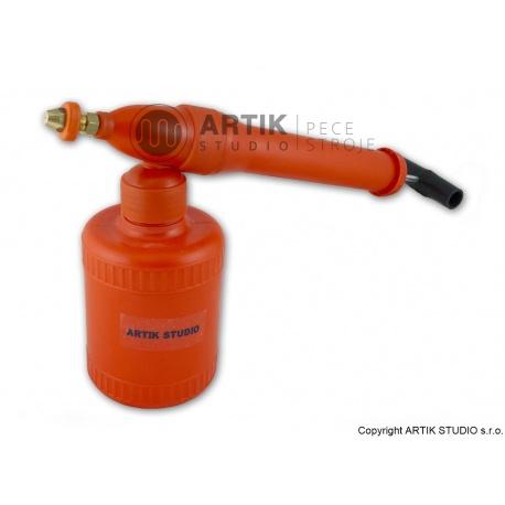 Hand gun for spraying glazes