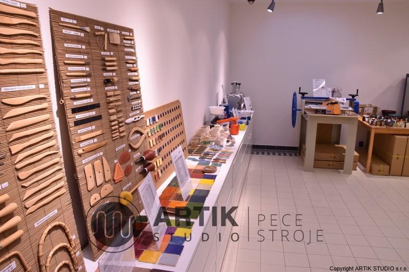 Prodejna glazur, keramické hmoty a strojů (válcovací stolice, šnekové lisy) pro keramické dílny.