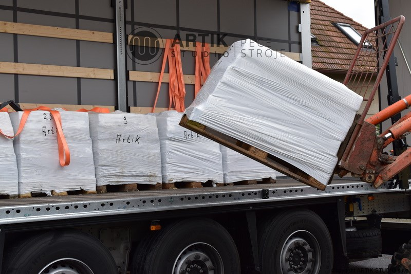 Unloading of Witgert ceramic clay on pallets